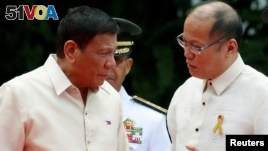 Incoming President Rodrigo Duterte (L) listens as outgoing President Benigno Aquino talks to him before Aquino leaves the Malacanang Palace in Manila, Philippines, June 30, 2016.