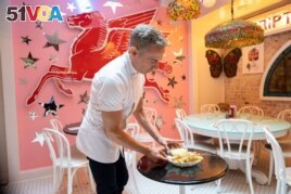 Chef Joe Calderone serves The Creme de la Creme Pommes Frites, the world's most expensive french fries, according to the Guinness Book of World Records, at Serendipity 3 restaurant New York City, New York, U.S., July 23, 2021. (REUTERS/Eduardo Munoz)