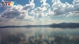 This Aug. 9, 2001 file photo shows Upper Klamath Lake near Klamath Falls, Ore. (AP Photo/Jeff Barnard, File)