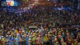 Pro-democracy activists march to the Government House, prime minister's office during a protest march in Bangkok, Thailand, Wednesday, Oct. 21, 2020. (AP Photo/Sakchai Lalit)