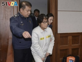 Choi Soon-sil, center, the jailed confidante of disgraced South Korean President Park Geun-hye, appears for the first day of her trial at the Seoul Central District Court in Seoul, South Korea, Dec. 19, 2016.