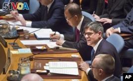 U.S. Treasury Secretary Jacob Lew (r) seated next to U.N. Secretary General Ban Ki-moon, center, addresses the UN Security Council, about cutting funding to IS, Dec. 17, 2015. (AP Photo/Bebeto Matthews)