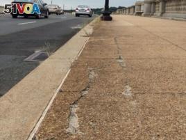 Cracks and weeds grow daily as the National Parks Service struggles to repair the Memorial Bridge, Aug. 9, 2016. (E. Sarai/VOA)