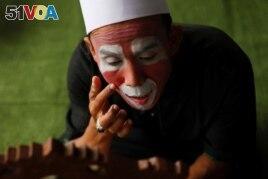 Hendrawan puts on makeup before his class. (REUTERS, Willy Kurniawan)