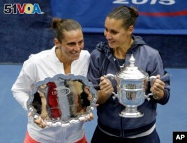 Childhood friends Flavia Pennetta (right) and Roberta Vinci pose after Pennetta won their women's championship match of the U.S. Open tennis tournament in New York, 2015. (AP Photo/Seth Wenig)