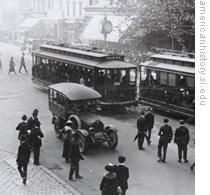 Passengers wait to board streetcars in Washington, D.C. in 1915
